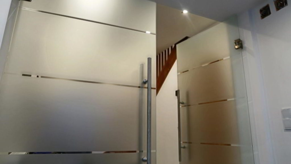 Sichtschutzfolie Bad Segeberg, Glastür mit Montage